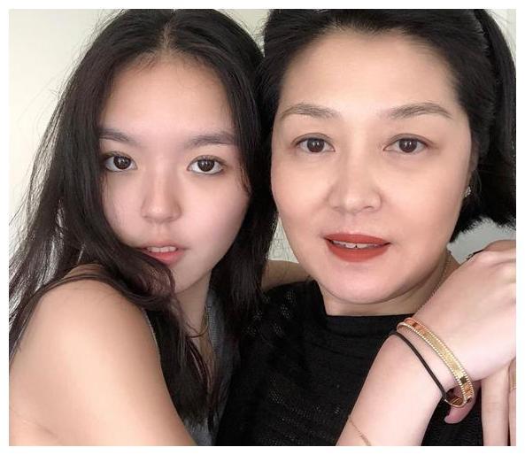 李咏女儿考上美国名校,成奶茶妹妹的学妹,超激动赶紧把签名改了