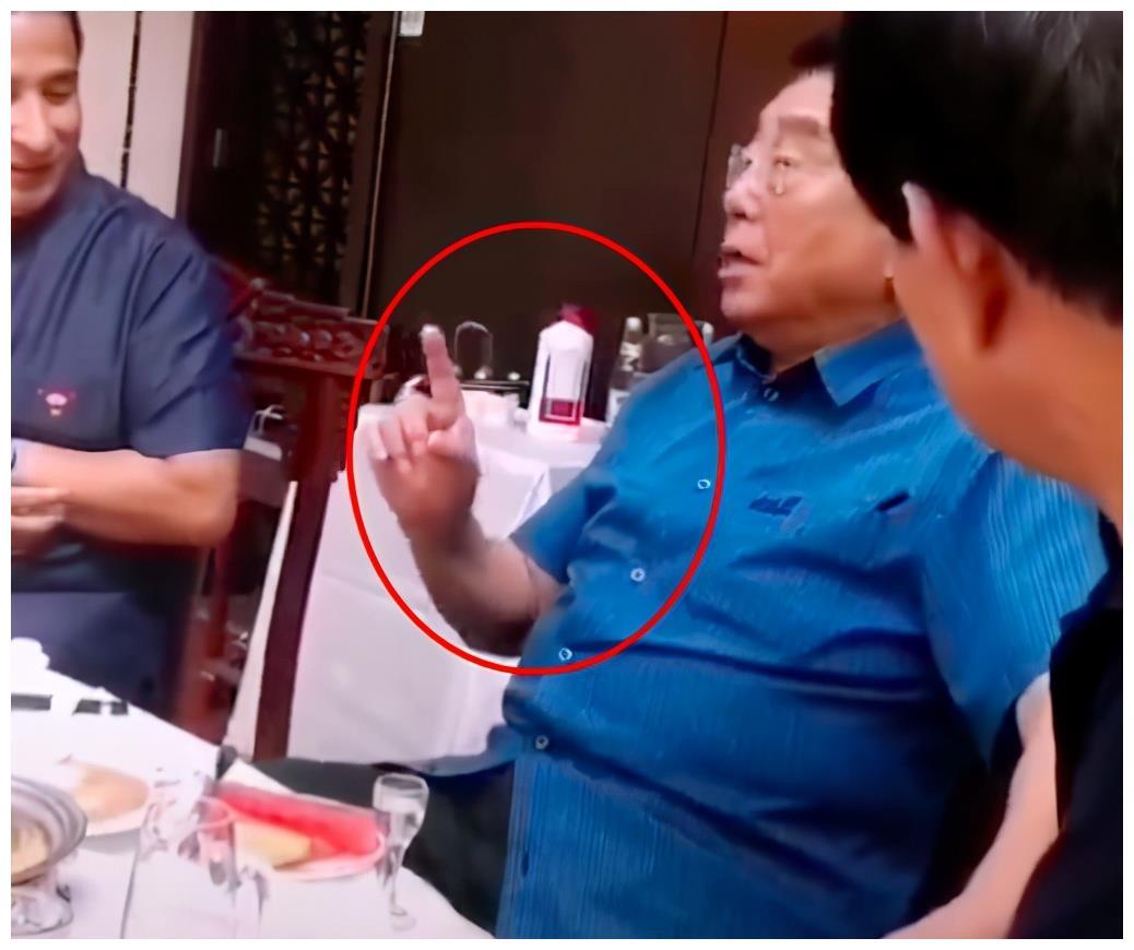 81岁李双江参加聚会唱京剧,身后酒瓶显奢侈,网友:儿子快出来了