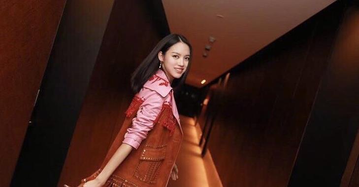 张梓琳现身时尚趴秀,穿深V领吊带裙配皮衣