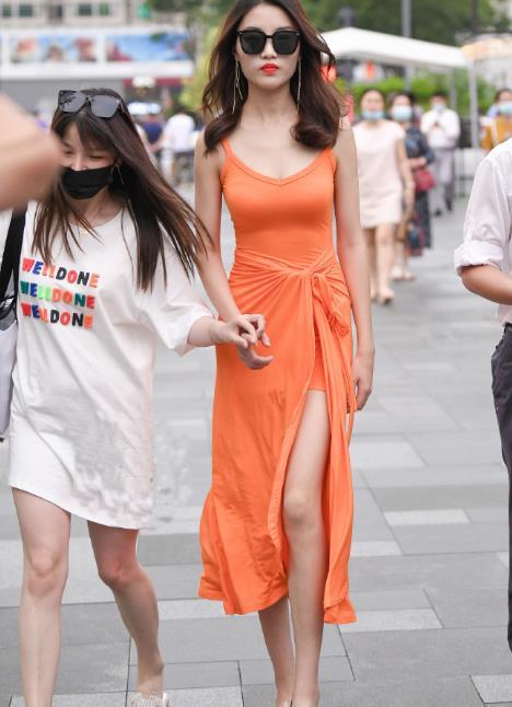 撞脸林有有?气质美女一身橘色连衣裙,尽显独特女人味