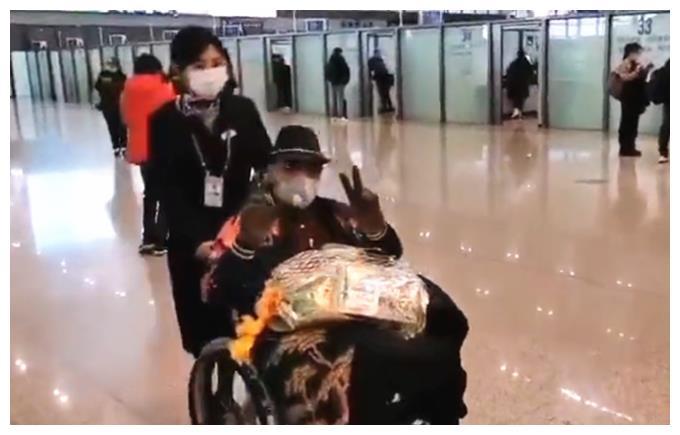 52岁苗皓钧太敬业,脚部受伤坐轮椅仍不休息,坚持跪着把戏演完