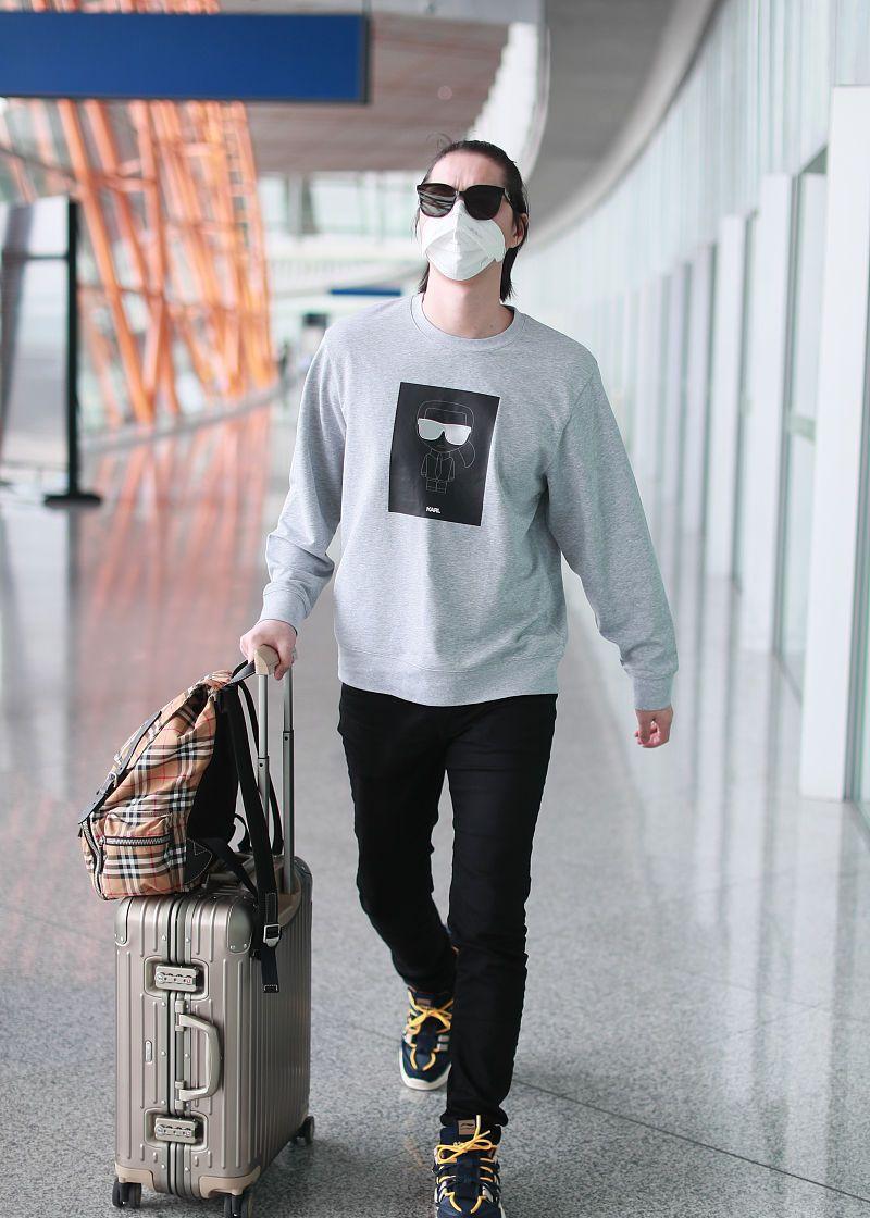 阿云嘎街拍:Karl Lagerfeld卫衣铅笔裤Lining老爹鞋男人味十足