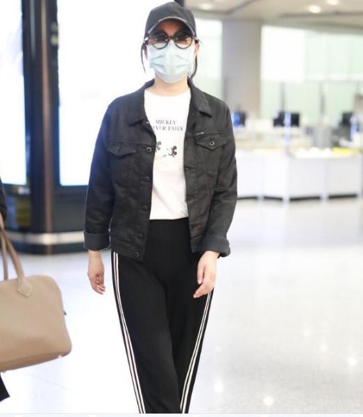 闫妮穿衣显比例,运动长裤配牛仔短外套,腿长看着不止169cm