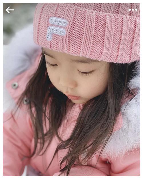 董璇3岁女儿美得像精灵,大眼睛长睫毛,张大嘴试图吃雪超调皮