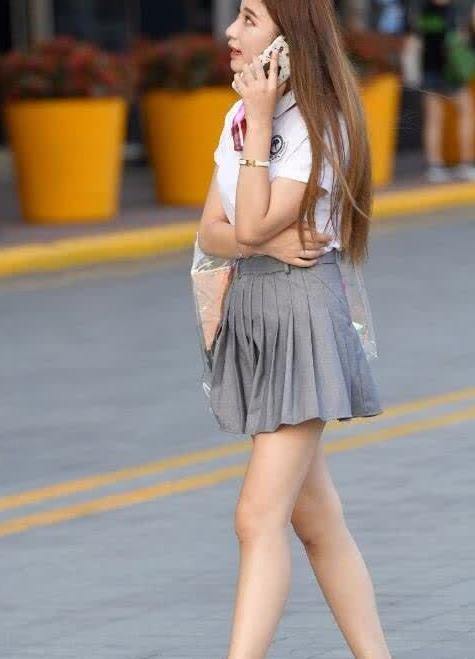 街拍:美女百褶裙搭短袖衬衫,清纯又时尚