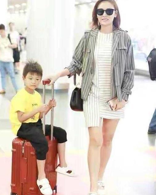 """叶一茜真是""""时尚辣妈"""",穿条纹裙配条纹外套走机场,洋气又高级"""