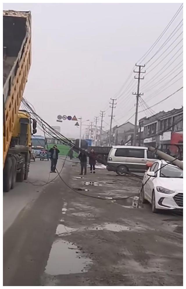 淮安市涟水县高沟镇一工程车拉倒电线杆子后导致全高沟镇没有网