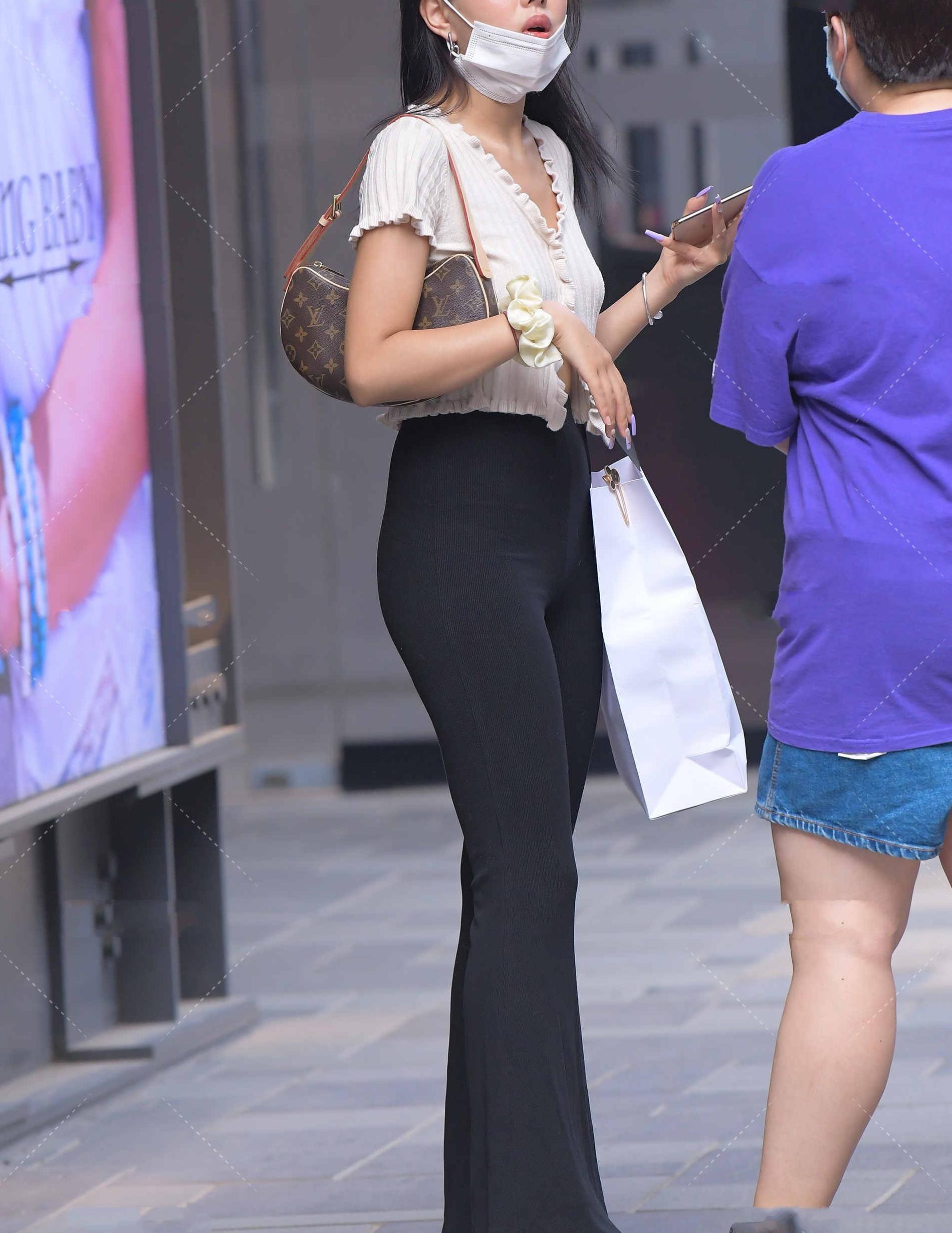 米白色短款花边针织衫搭配黑色高腰直筒裤,洋气减龄,显高又显瘦