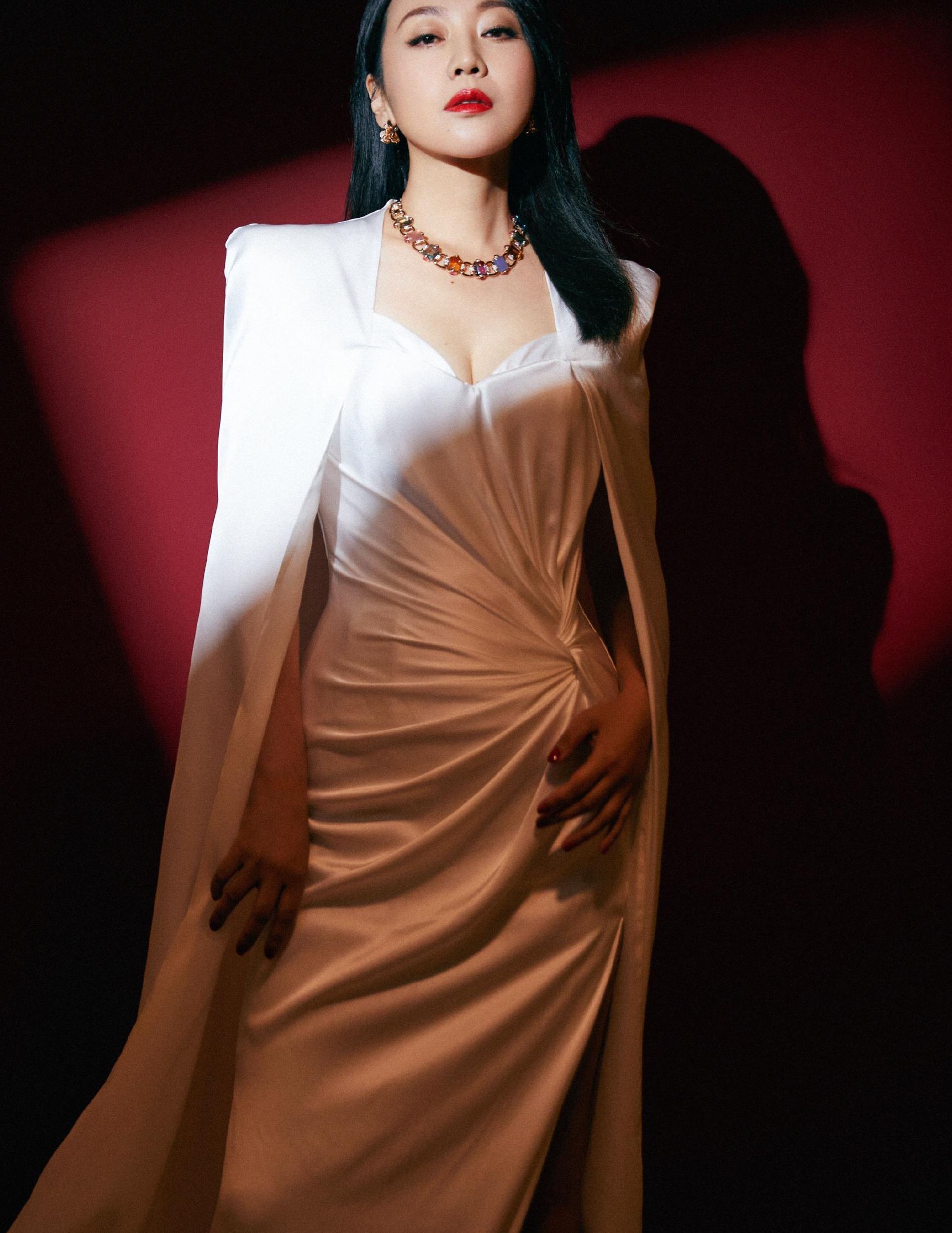 闫妮穿搭真霸气!纯白披肩配高开衩长裙气场全开,果然是不老女神
