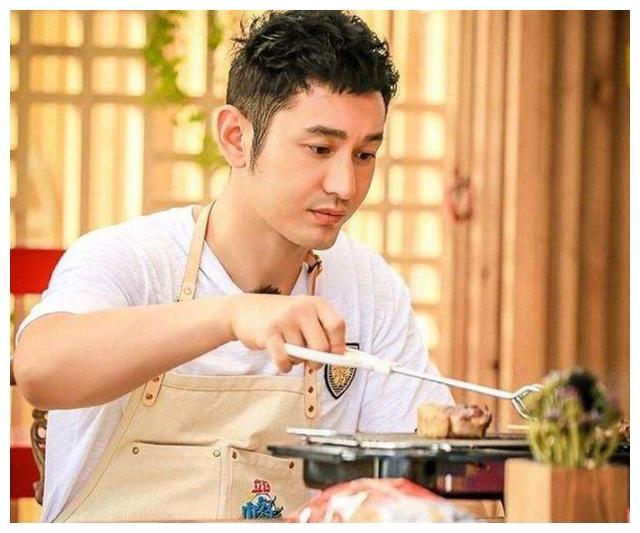 """黄晓明海鲜店一夜爆红,去吃30只""""大龙虾"""",结账时却一言不发"""