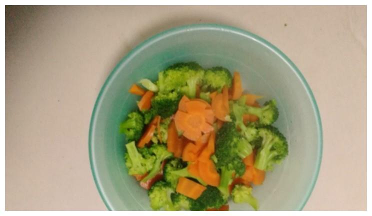 红萝卜西兰花肉丝炒面的制作方法