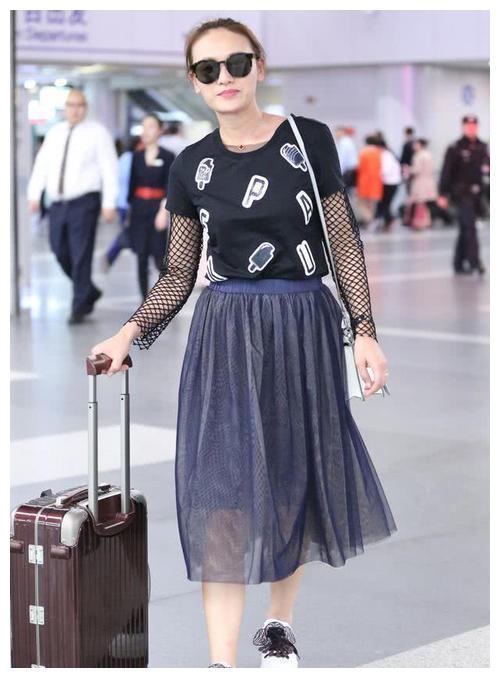 叶一茜穿圆领泡泡袖,虽然很清晰的看到脖颈纹,但确实更显年轻