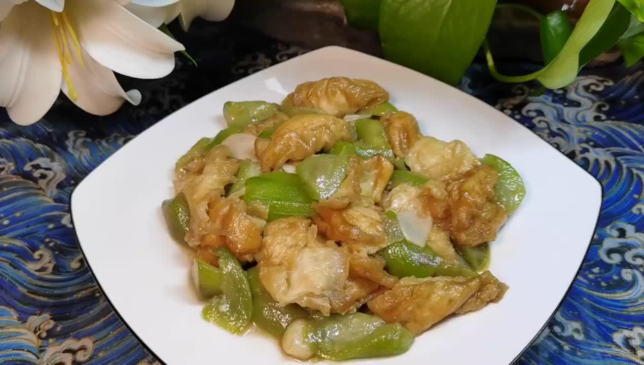 """清甜软香的家常菜""""丝瓜炒油条"""",好吃易消化,味道不比肉差"""