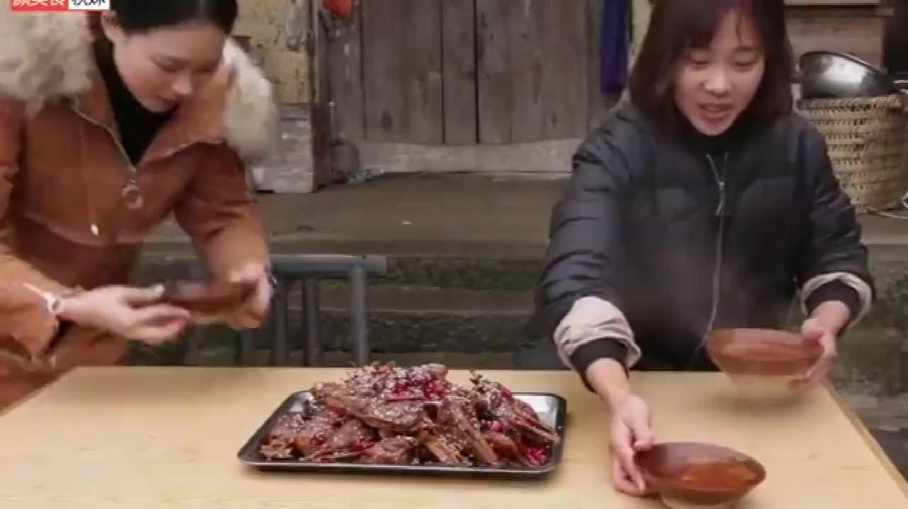 秋妹买24个鸭头做干锅,又香又辣好够味,配着热啤酒喝,过瘾