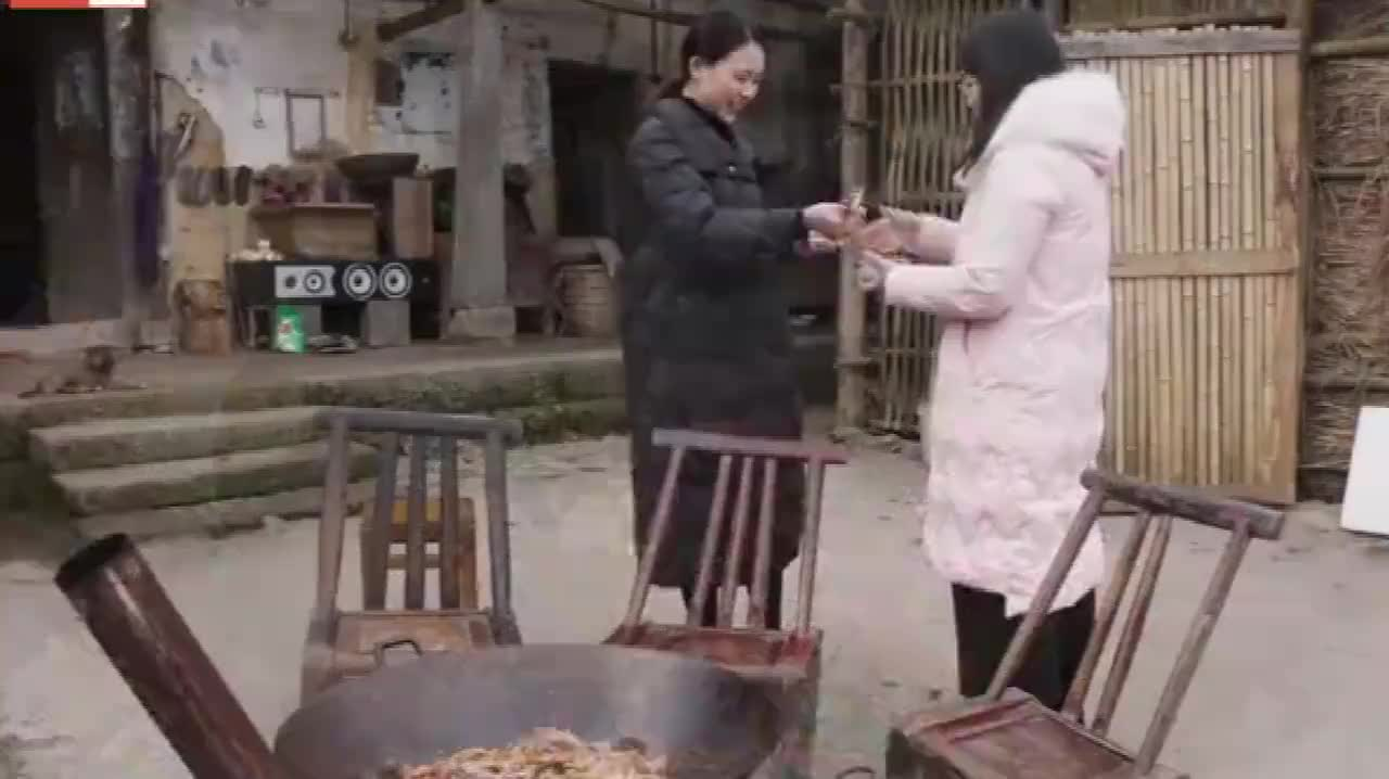 秋妹好朋友来了,姐姐亲自动手做麻辣干锅,香香辣辣,看得流口水