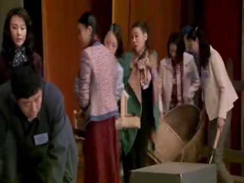 在工人文化宫正准备装台的时候,文化宫主任却过来阻止他们