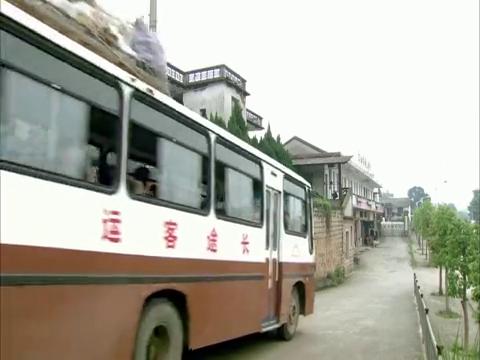 王帆扬追着杜晓红坐上的汽车,把他手写的剧本给了杜晓红