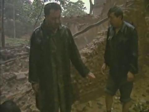村里灾情太严重了,刘主任只能打电话求助县政府