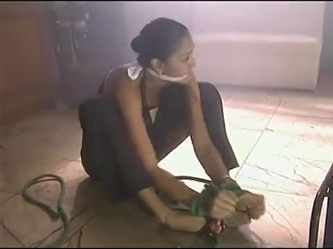 铁石心肠:曼姨想割断绳子逃跑,这时绑匪已经把火点着,曼姨危险