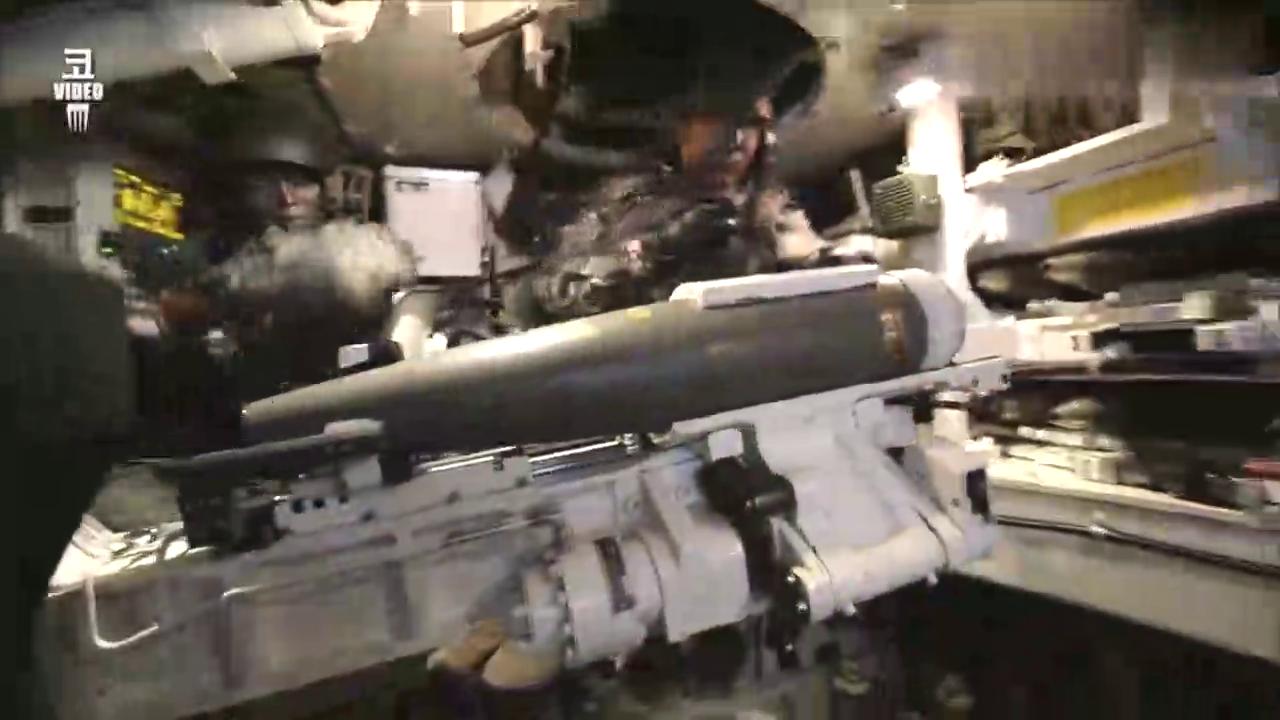 韩国K9榴弹炮自动装弹机装填弹药的过程