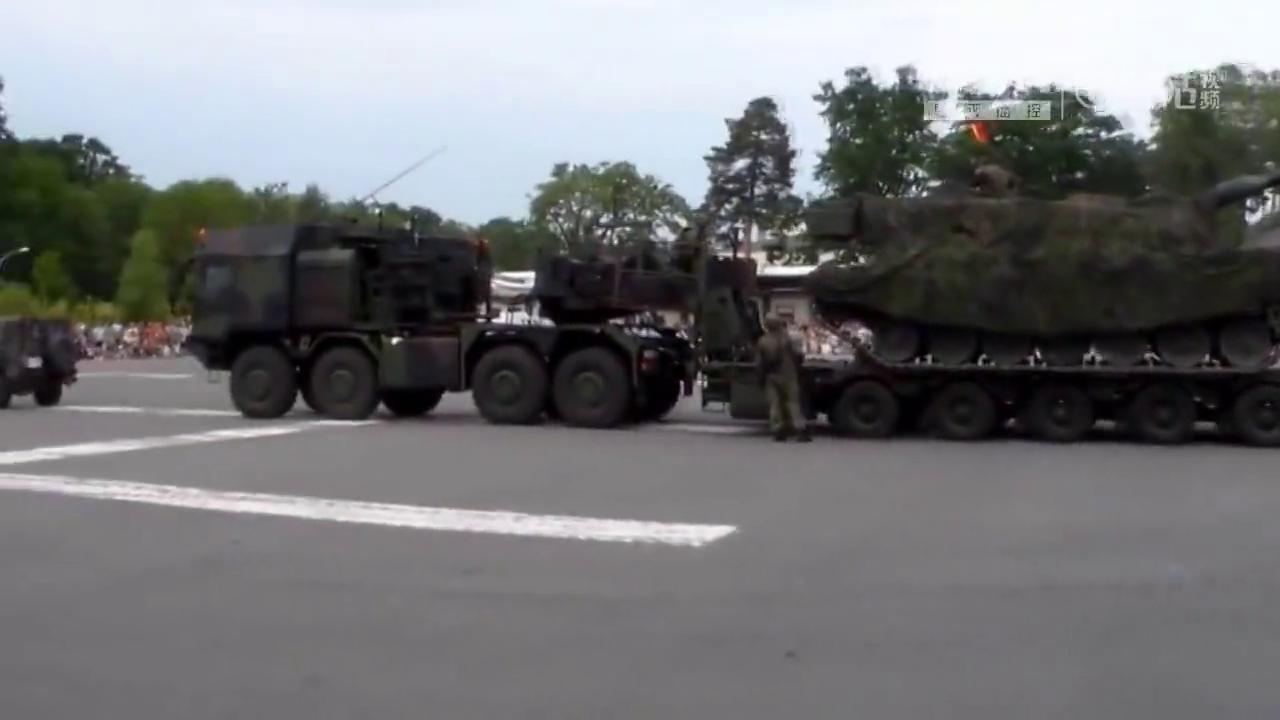 如何用卡车装载豹2坦克?真是开眼界了