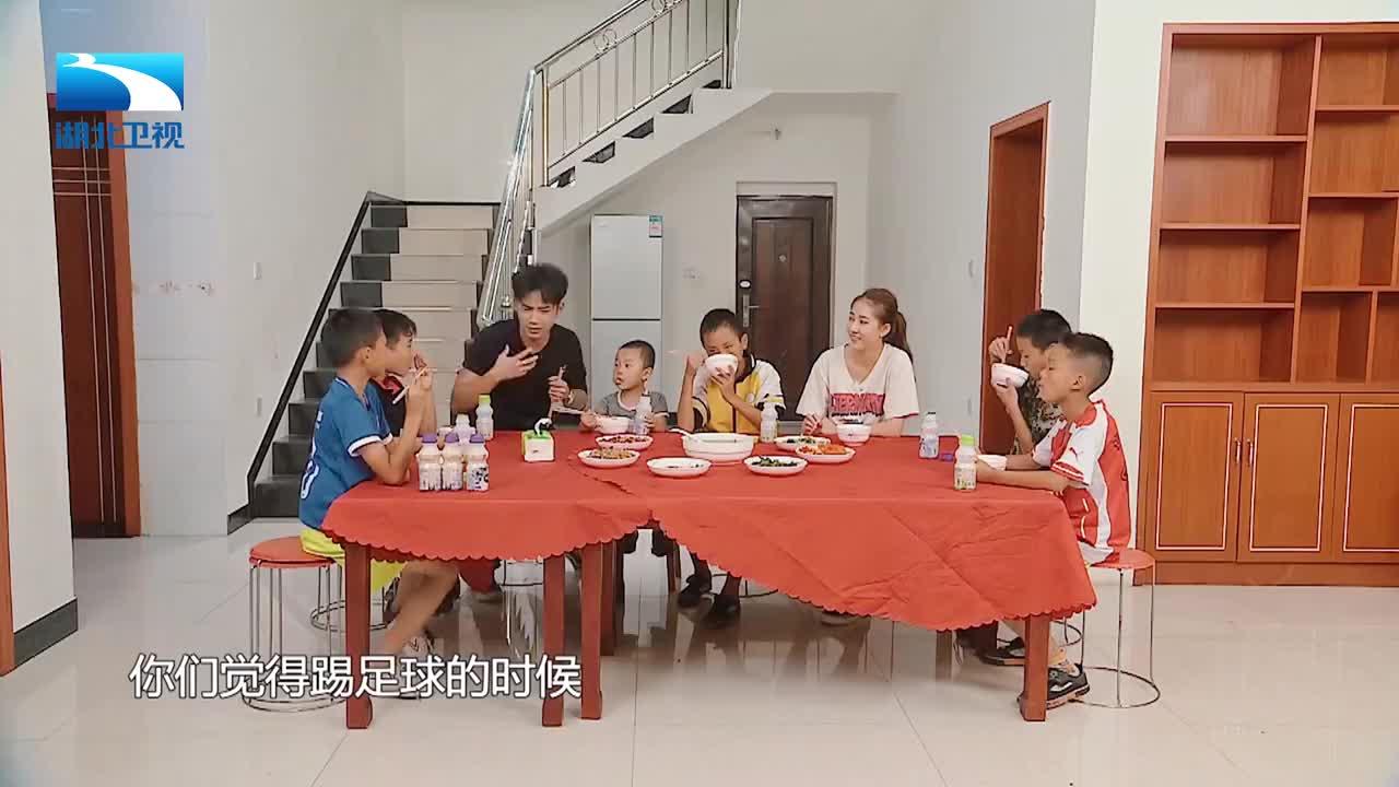 晚餐时间,孩子们说了怎样的心里话,让李茂弦子泪目?