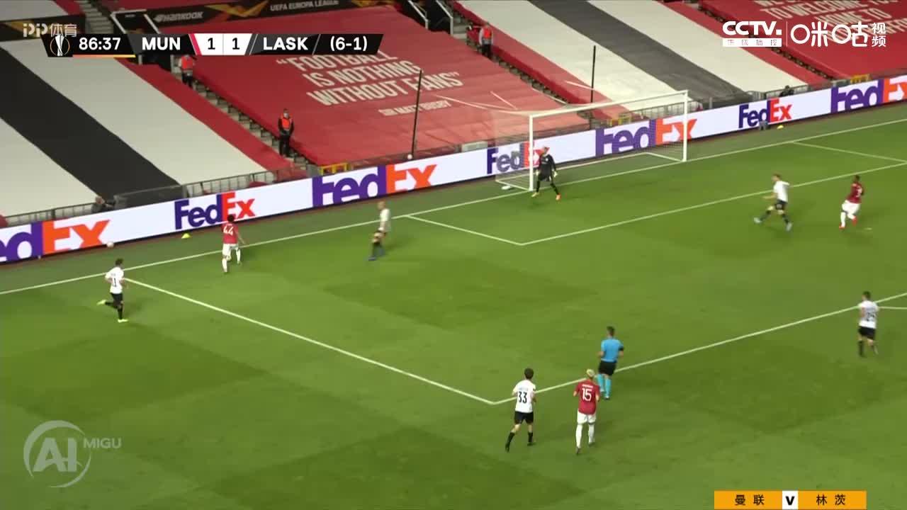 曼联球员连续一脚出球配合,马夏尔出单刀机会球进,曼联2-1领先