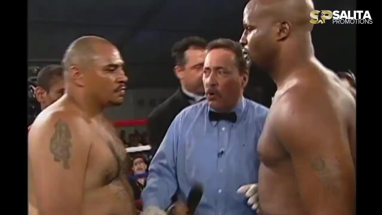 此时的拳王穆勒已过巅峰但实力尚在,对手被他打得直接投降