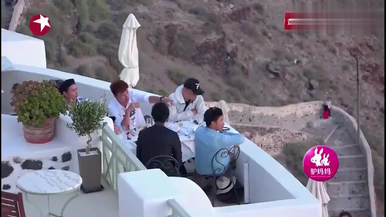 花样男团:一对情侣求婚被男神们偶遇,爱琴海上求婚好浪漫!
