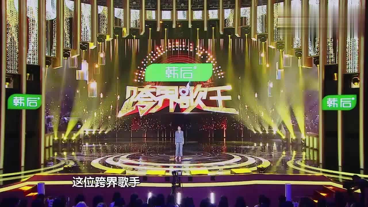 巴图穿上帅气西服,站上舞台自信满满,放声歌唱!