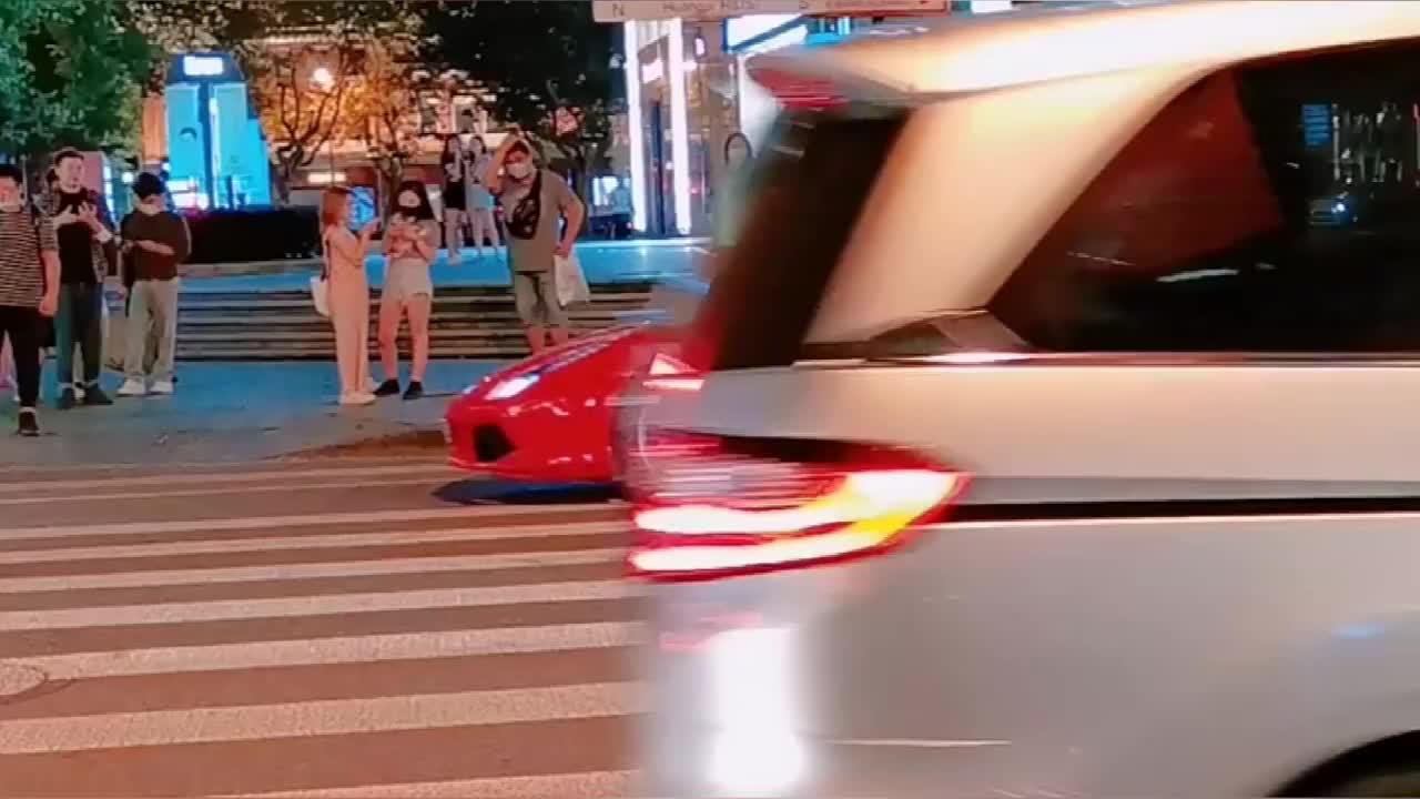 上海土著独自一人开着敞篷版法拉利上街!