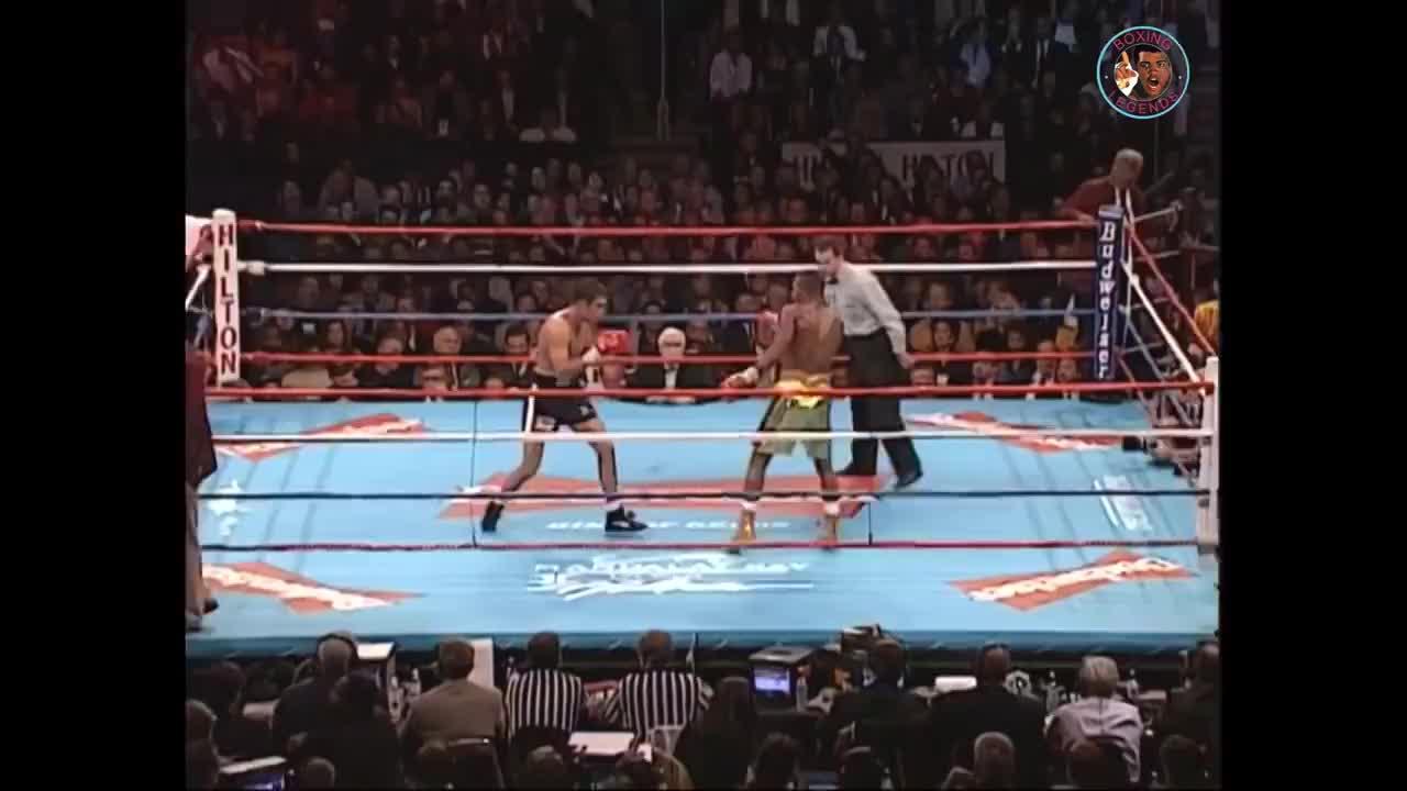 霍亚的猛攻引发全场沸腾,只可惜体能耗尽也没能彻底KO对手