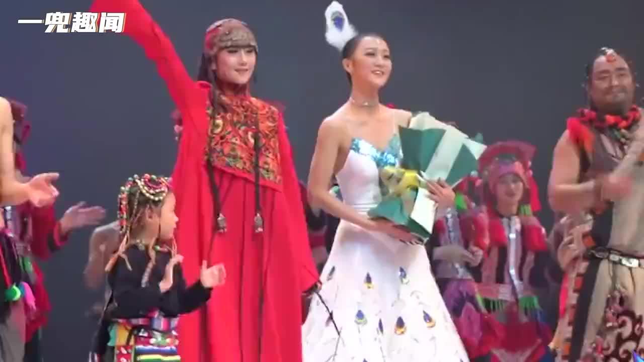 杨丽萍10年都没摘帽子,本以为是装饰,没想到摘下帽子时被吓到了