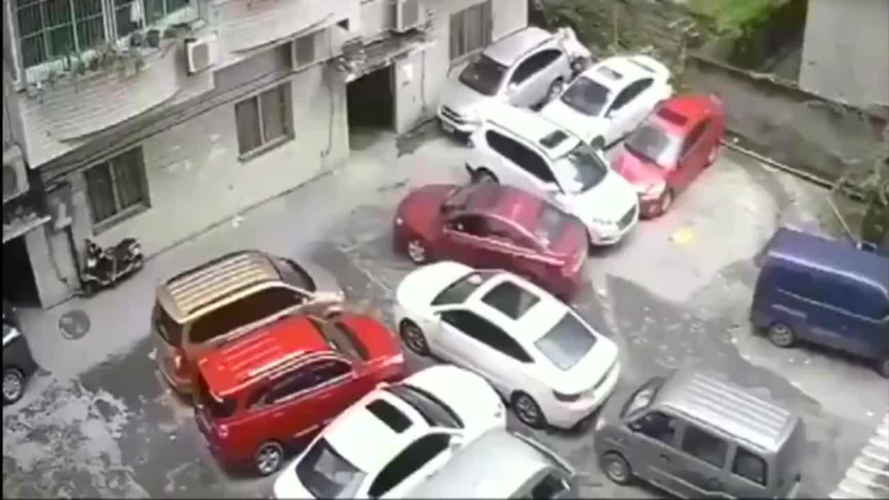 司机在汽车堆里突出重围,很难有这些神操作!