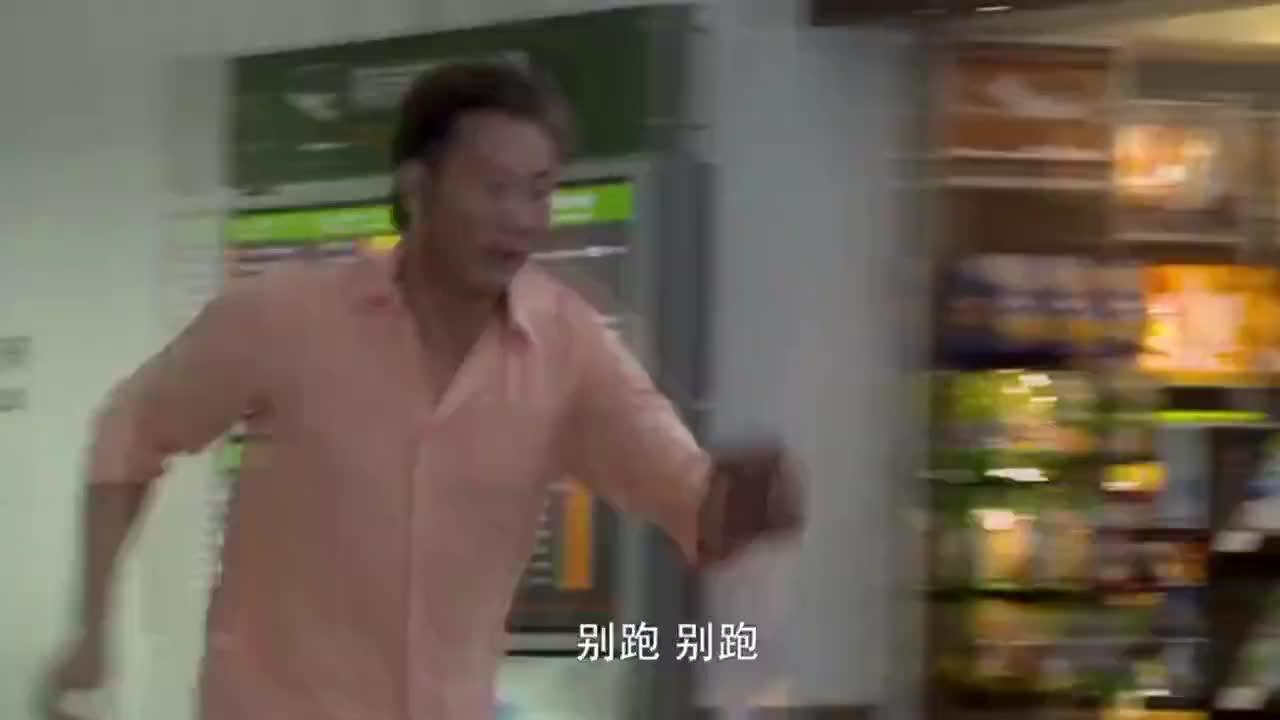 美女在飞机场上遇上小偷,一个快餐盒扔过去,小偷直接摔倒在地
