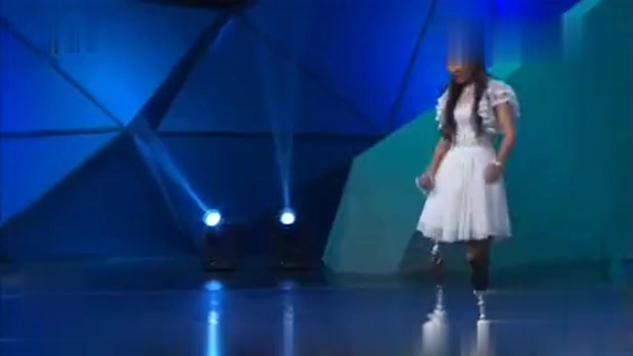 汶川地震幸存姑娘,失去双腿依旧坚强,一首《感恩的心》打动现场