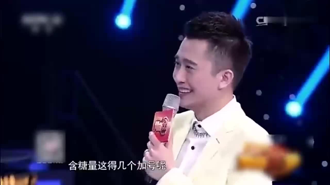 杭州妹子一副网红脸,观众都沉浸在她的歌声里,皮一下很开心