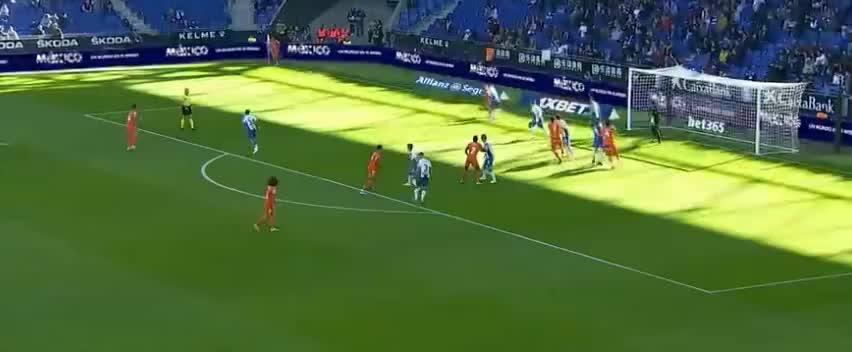 库库雷利亚劲射攻门,门将反应神速将球扑出了