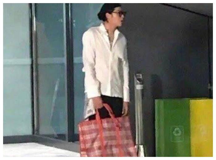 吴亦凡新节目曝光,手提包引人注目,是潮流还是土引争议