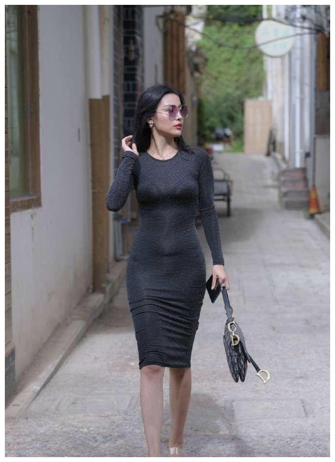 黑色的束腰连衣裙,乌黑的秀发优雅的披在肩头,优雅又迷人