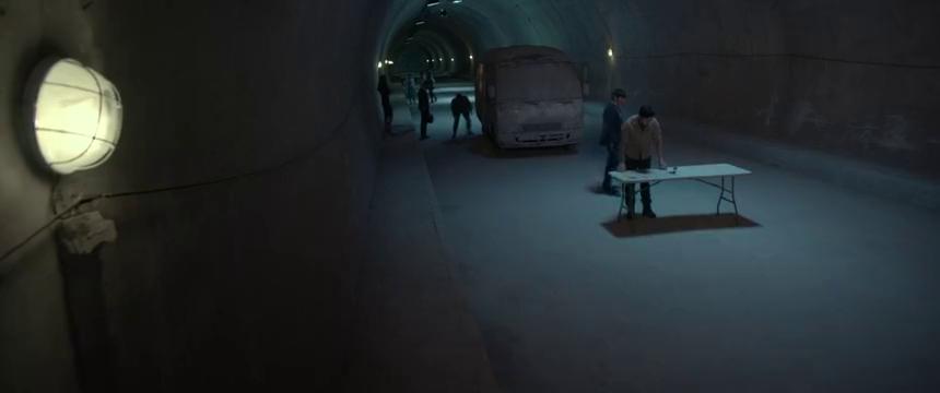 黑暗迷宫(下):隧道一分钟等于2小时,人为了生存,竟吃蟑螂!