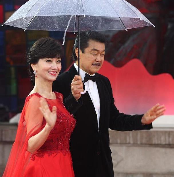 赵雅芝的身材真不赖,穿红色披风裙,天鹅颈直角肩小姑娘都羡慕
