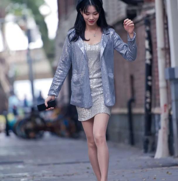 亮片款连衣裙,搭配白色帆布鞋,尽显出休闲的美感