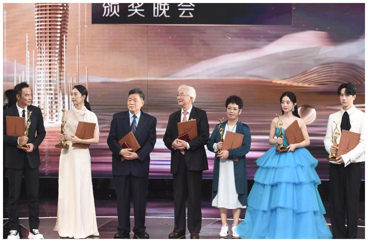 """金鹰节颁奖,任达华童瑶斩获最佳男女主角,我却注意""""运费夫妇"""""""