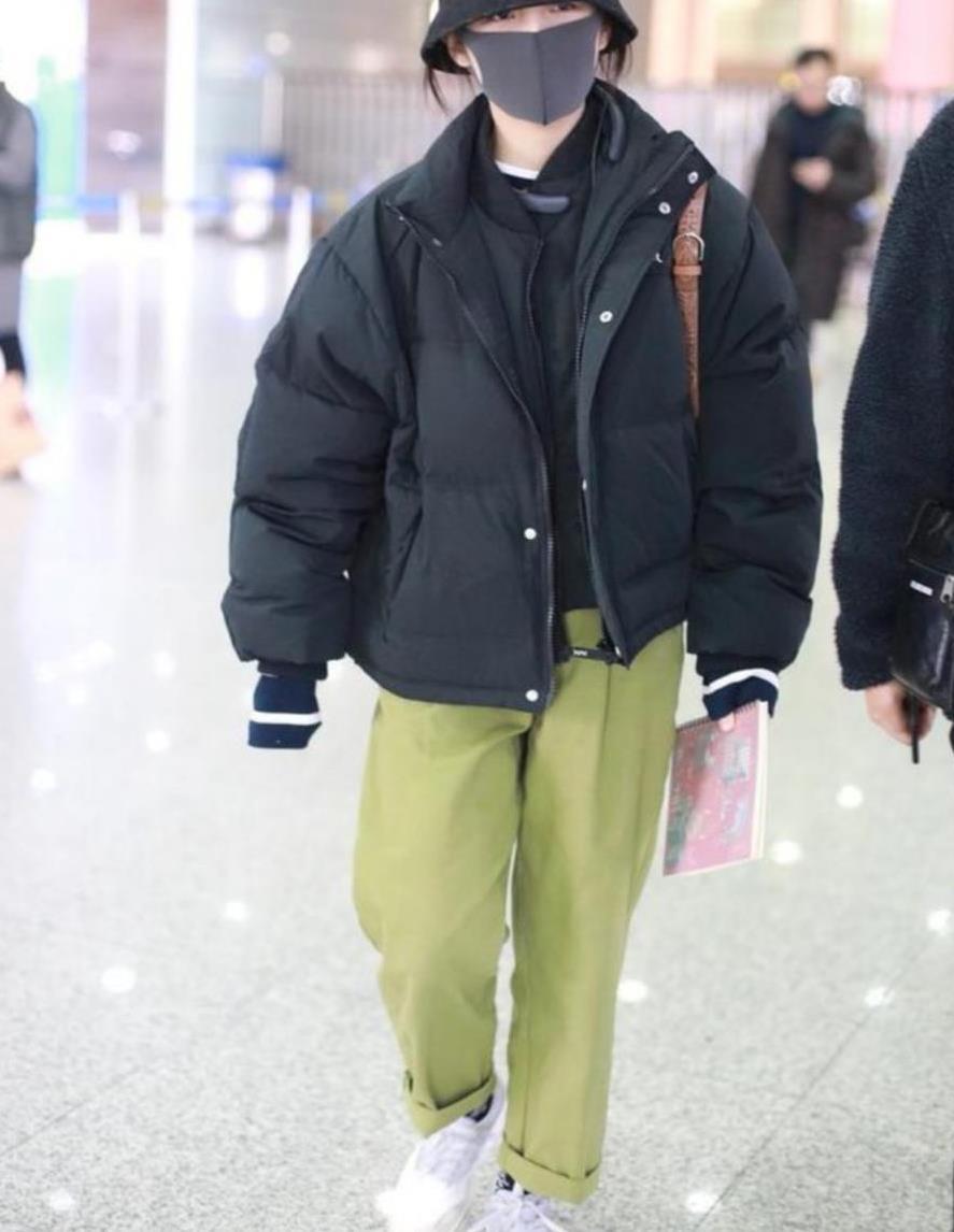 国民妹妹张子枫,穿搭简约清爽,却很时髦