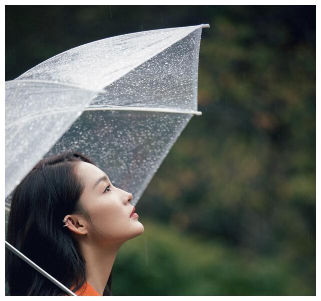 李沁是古代穿越到今天的吧,穿现代装撑伞站雨里,都有种古典美