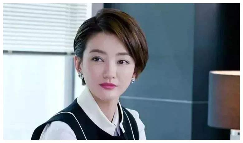 她跟胡歌、袁弘是同学,文章私下称她为老师,低调漂亮从不炒作