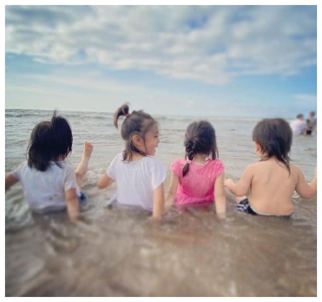 贾静雯晒咘咘Bo妞沙滩照,一家三口笑容幸福又灿烂