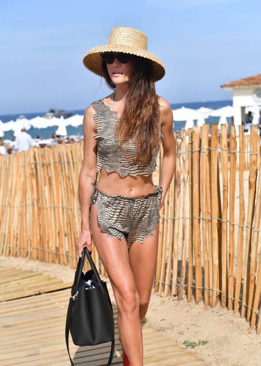 穿着比基尼的40岁的Maggie Q展现了她令人难以置信的身材