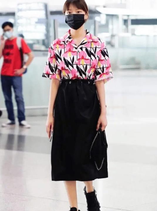21岁演《清平乐》红遍网络,今穿粉花衬衣机场亮相,变身俏皮少